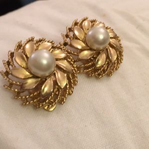 Lisner classic gold faux pearl clip earrings
